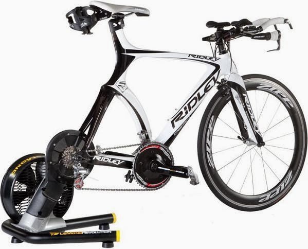Entrenamiento de triatlón en rodillo de rueda fija