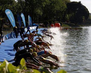 Entrenamiento de triatlon en aguas abiertas zambullida
