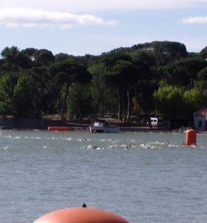entrenamiento de triatlon en aguas abiertas, paso por boya