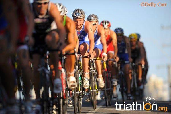 Pelotón ciclista en un triatlón ITU